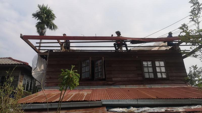 อำเภอศรีสงครามเร่งซ่อมบ้านถูกพายุถล่มพังกว่า70หลัง