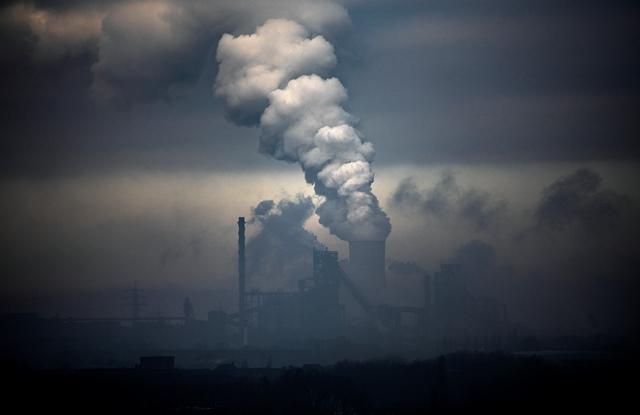 ภาพถ่ายเมื่อวันที่ 23 มกราคม ปี 2020 เผยให้เห็นโรงงานของกลุ่มบริษัทอุตสาหกรรมเยอรมนี ThyssenKrupp และโรงไฟฟ้าถ่านหินในเมืองดุยส์เบิร์ก ทางตะวันตกของเยอรมนี