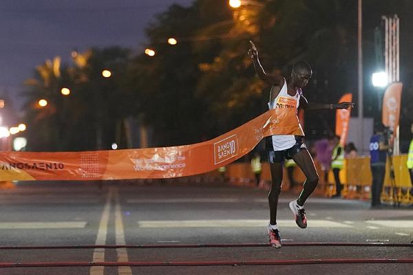 """สปีดเร็วทะลุเมฆ! นักวิ่งเคนย่าวิ่ง 10 กิโลเมตร 28.06 นาที คว้าแชมป์ """"บางแสน10"""""""