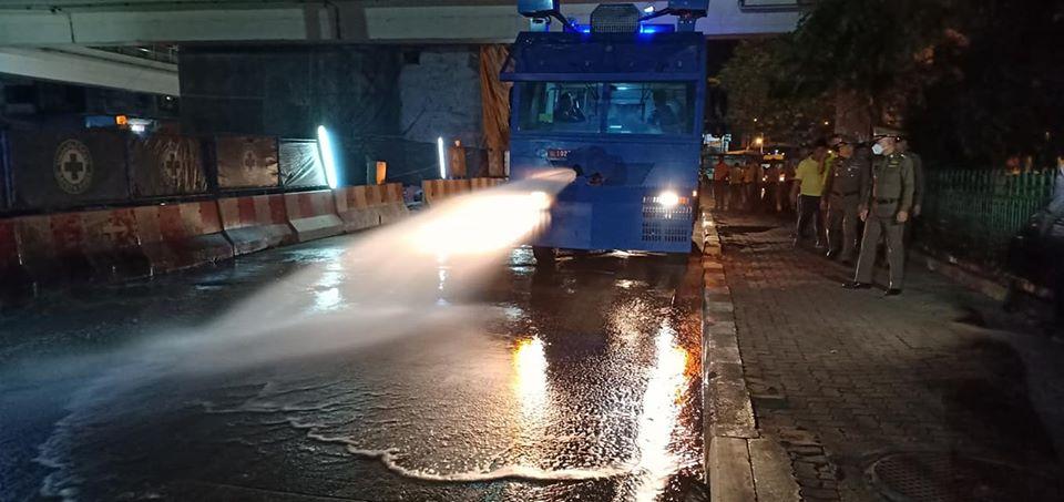 ตำรวจนครบาลนำรถควบคุมฝูงชนฉีดน้ำล้างถนนลดค่าฝุ่น pm2.5