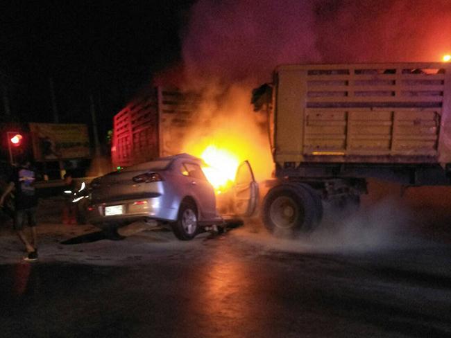 หนุ่มใหญ่ขับเก๋งชนกลางลำรถบรรทุกดินขณะยูเทิร์น ย่านคลอง 10 ธัญบุรี เสียชีวิตคาที่