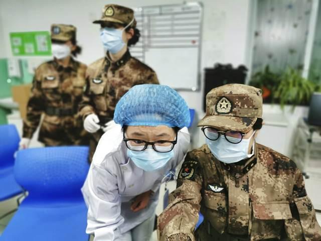 สมาชิกจากทีมแพทย์ของกองทัพกำลังรับมอบงานจากเจ้าหน้าที่พยาบาลโรงพยาบาลจินอินถัน ณ นครอู่ฮั่น มณฑลหูเป่ย (ภาพ ซินหัว)