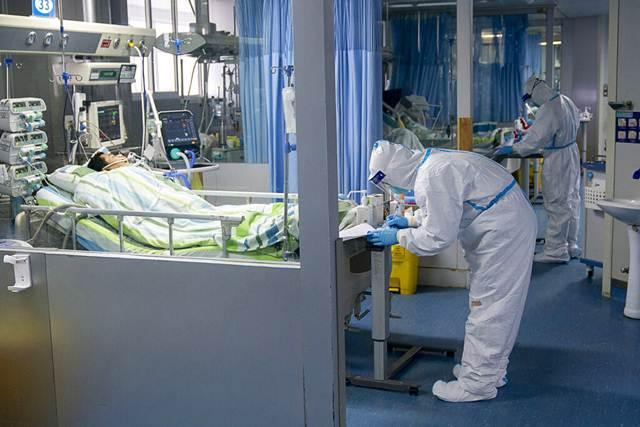 เจ้าหน้าที่พยาบาลกำลังดูแลผู้ป่วยในห้องไอซียูในโรงพยาบาลจงหนัน มหาวิทยาลัยอู่ฮั่น มณฑลหูเป่ย (ภาพ ซินหัว)