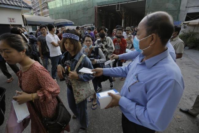 จนท.กัมพูชาออกแจกหน้ากากอนามัยที่ด่านปอยเปต ร้องร้านค้าไม่ฉวยโอกาสขึ้นราคา