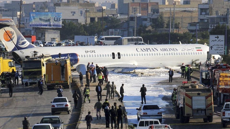 สุดระทึก! เครื่องบินโดยสารอิหร่านพุ่งเลยรันเวย์ ลงกลางถนนใหญ่