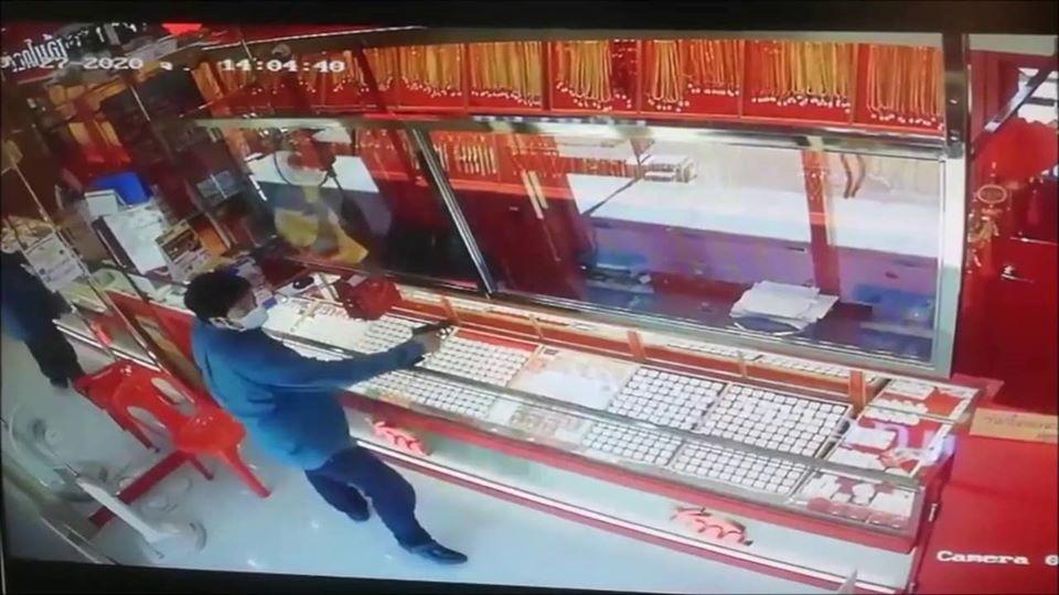 อุกอาจ! คนร้ายควงปืน คาดหน้ากากอนามัย บุกเดี่ยว ชิงทรัพย์ร้านทอง