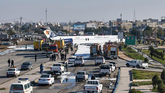 บุญรักษา! เจ็บแค่ 2 เครื่องบินโดยสารอิหร่านพุ่งเลยรันเวย์ จอดนิ่งที่ถนนใหญ่