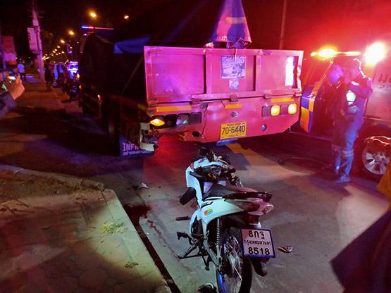 โจ๋ 17 ซิ่งรถจักรยานยนต์ชนอัดติดท้ายหกล้อเสียชีวิตคาที่