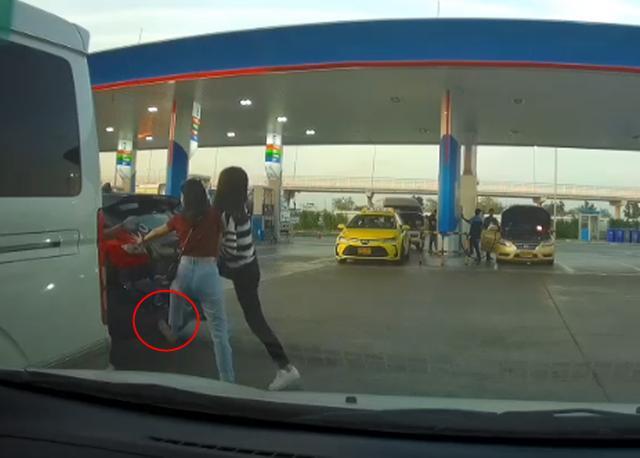 """หนุ่มแฉ สองสาวใช้เท้าเข็นรถหลังโดนจอดขวาง เจ้าของรถถามกลับ """"ที่บ้านสอนมาแบบนี้เหรอ?"""" (ชมคลิป)"""
