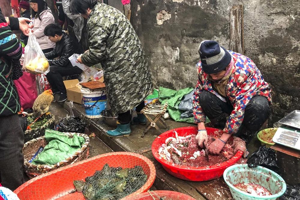 โซนชำแหละเนื้อสัตว์ขายกันสด ๆ ที่ตลาดหัวหนาน (ภาพ : mustsharenews.com)
