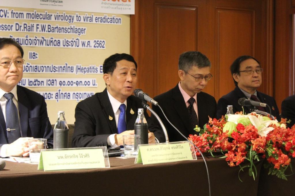 (ที่ 2 จากซ้าย) ศ.ดร.นพ.สิริฤกษ์ ทรงศิวิไล