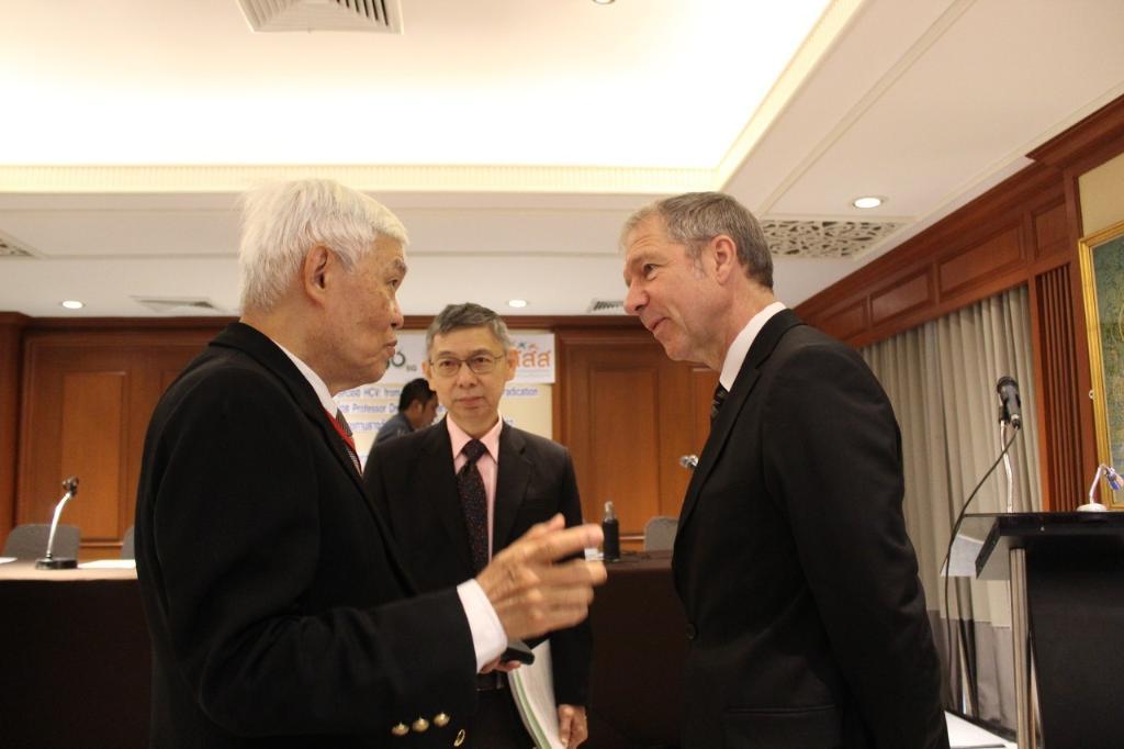 (ซ้ายไปขวา) ศ.นพ.ดร.ยง ภู่วรวรรณ ผู้เชี่ยวชาญด้านไวรัสวิทยา (กลาง) นพ.สมบัติ แทนประเสริฐกุล จากกรมควบคุมโลก และศาสตราจารย์ ดร.ราล์ฟ เอฟ ดับเบิลยู บาร์เทนชลากเกอร์ ผู้ได้รับพระราชทานรางวัลสมเด็จเจ้าฟ้ามหิดล ประจำปี พ.ศ.2562