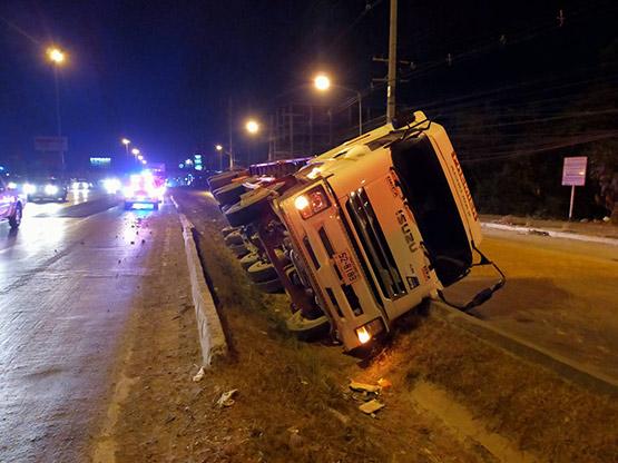 รถบรรทุกทราย 30 ตันพลิกคว่ำตกร่องกลางถนนพหลโยธิน