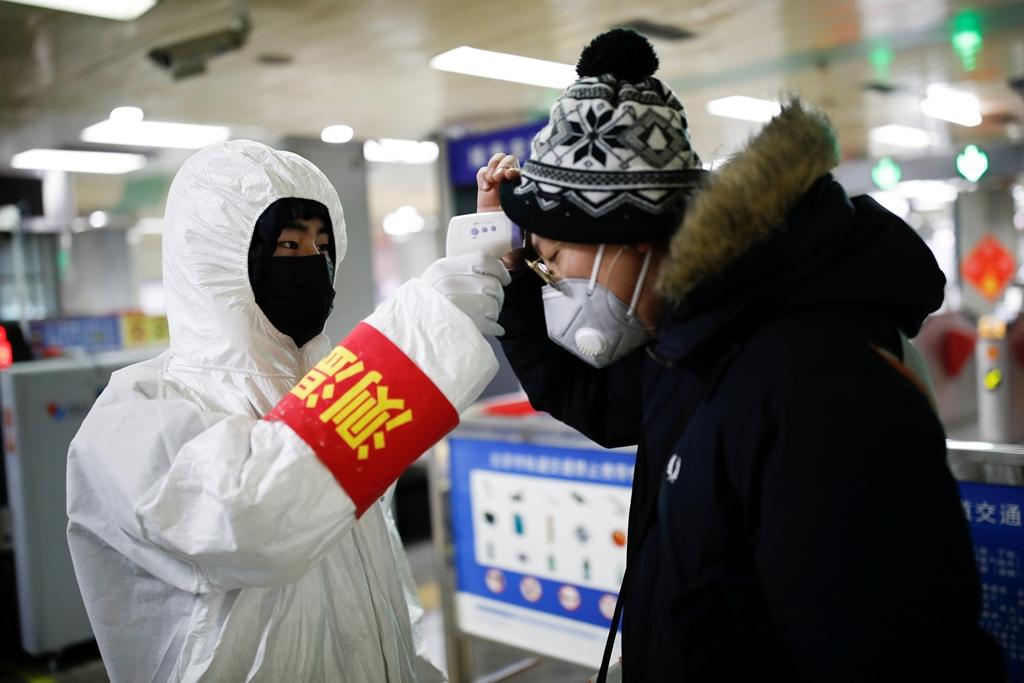 """จีนเผย """"ไวรัสโคโรนาสายพันธุ์ใหม่"""" แพร่กระจายผ่านการสัมผัสได้"""