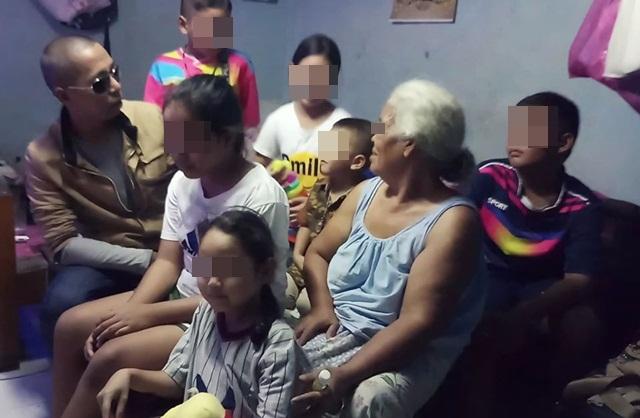 สะเทือนใจ! หนุ่มจิตอาสาพบยายวัย 67 ปี เลี้ยงดูหลาน 6 คนด้วยบะหมี่กึ่งสำเร็จรูปเพียงห่อเดียว