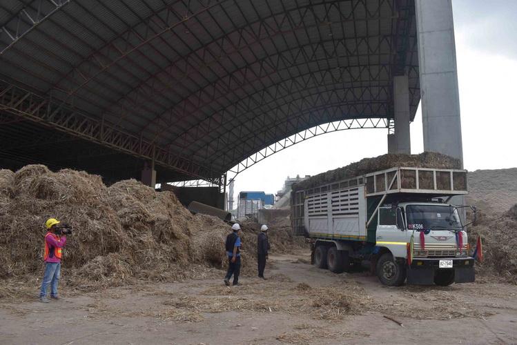 เกษตรกรเร่งอัดใบอ้อย-ฟางข้าวส่งขายโรงไฟฟ้าชีวมวลคึก ช่วยลดฝุ่นจิ๋ว PM2.5