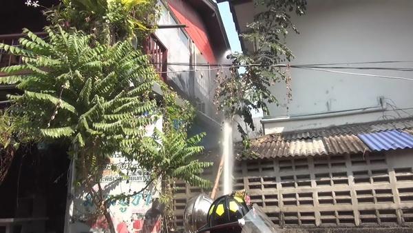 เข่าแทบทรุด! ไฟไหม้บ้าน ผจก.ท่าเรือวัดติโลกอาราม กว๊านพะเยา ห่างสถานีดับเพลิงเพียง 400 ม.หวิดวอดทั้งหลัง