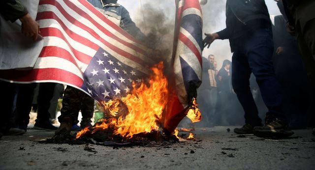 """โรงงานผลิตธงอิหร่านเฟื่องฟู หลังผู้ประท้วงนิยมเผาธง """"สหรัฐฯ – อิสราเอล"""""""