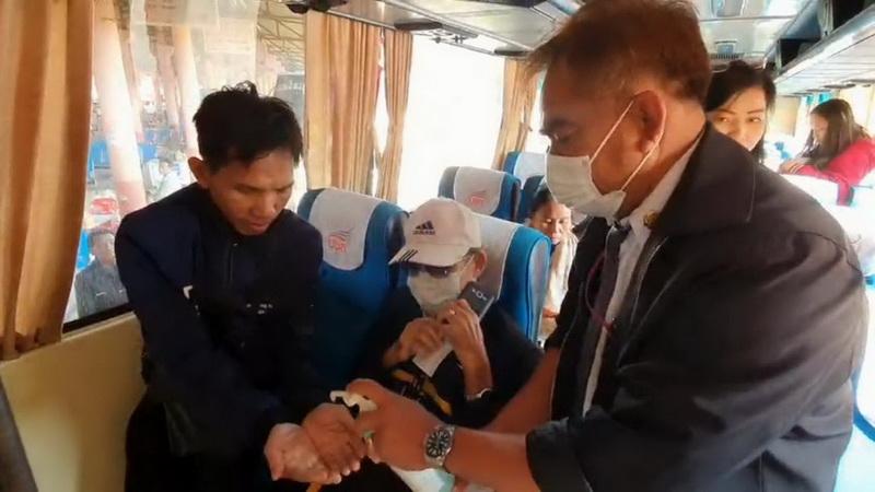 สสจ.อุบลฯ เปิดเกมรับมือไวรัสโคโรนา แจกเจลล้างมือผู้โดยสารข้ามจากลาว