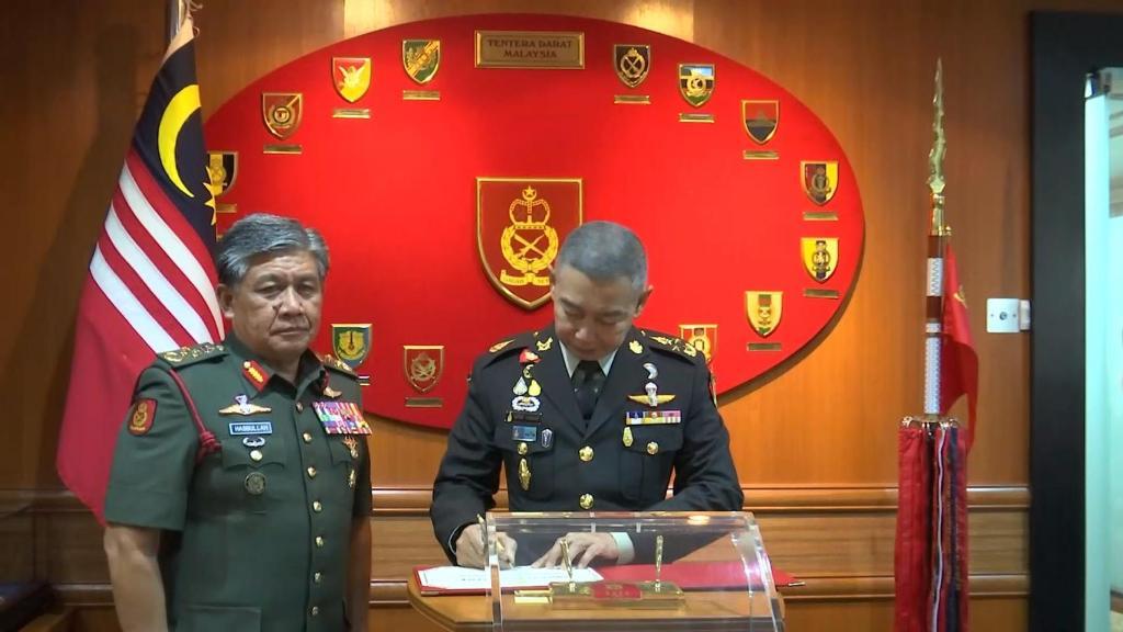 """""""บิ๊กแดง"""" เยือนมาเลเซีย รับคำชมจัดงาน Defence & Security"""