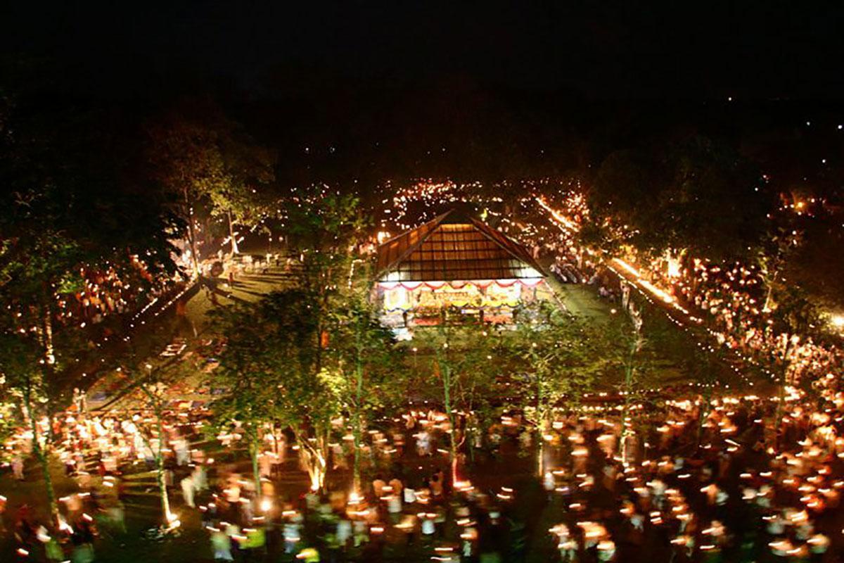 """ร่วมเวียนเทียนรอบรอยพระพุทธบาทคู่ใน """"เทศกาลมาฆปูรมีศรีปราจีน"""" พร้อมชมตลาดวิถีไทย"""