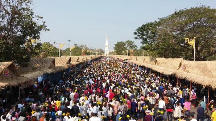ชาวพุทธไทย-ลาวหลายหมื่นร่วมอัญเชิญพระอุปคุตขึ้นจากน้ำโขงงานมัสการพระธาตุพนม