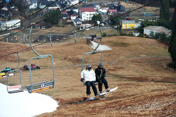สกีรีสอร์ตใจจังหวัดเฮียวโงะ ต้องใช้หิมะเทียมในปีนี้