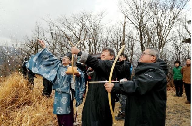 """ชาวเมืองโทโยกะ จังหวัดเฮียวโงะ ทำพิธี """"ขอหิมะ"""" ในศาสนาชินโต"""