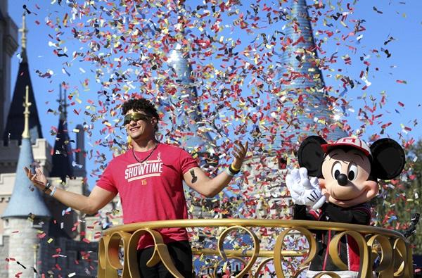 """ความฝัน 7 ปีที่รอคอย """"มาโฮมส์"""" เยือน """"ดิสนีย์ เวิลด์"""" ฉลอง MVP ซูเปอร์โบว์ล"""