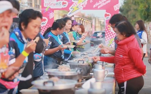 งานวิ่งสุดเจ๋ง! นครพนมฮาล์ฟมาราธอน วิ่งไปกินไป มีทั้งหมูกระทะ-ชานมไข่มุก