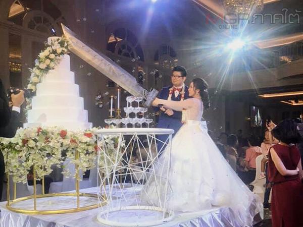 อึ้ง! คู่บ่าวสาวสร้างดาบยักษ์จากเกม Final fantacy นำมาใช้ตัดเค้กมงคลในงานแต่งงาน