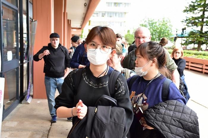 <i>นักท่องเที่ยวจากจีนสวมหน้ากากอนามัย ขณะมาถึงท่าอากาศยานนานาชาติคิลิมานจาโร ทางภาคเหนือของประเทศแทนซาเนีย เมื่อปลายเดือนมกราคมที่ผ่านมา </i>