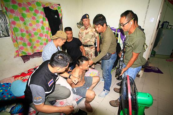 ฝ่ายปกครองคลองหลวงจับวัยรุ่นขายยาเสพติด ขยายผลได้หลายราย