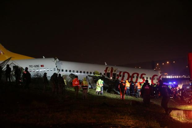 ระทึก!เครื่องบินโดยสารบรรทุก177คนลื่นไถลจากรันเวย์หักเป็น3ท่อนในตุรกี(ชมคลิป)