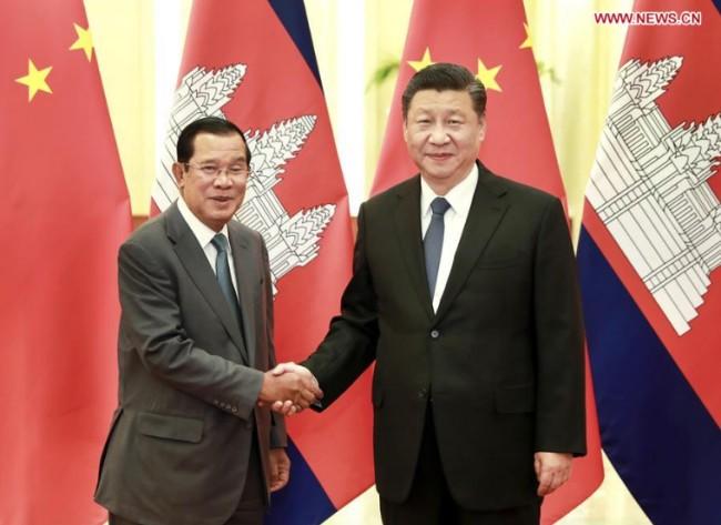 <i>นายกรัฐมนตรีฮุนเซน ของกัมพูชา จับมือกับประธานาธิบดีสี จิ้นผิง ของจีน  ขณะพบปะกันที่มหาศาลาประชาชน ในกรุงปักกิ่ง เมื่อวันพุธ (5 ก.พ.) </i>