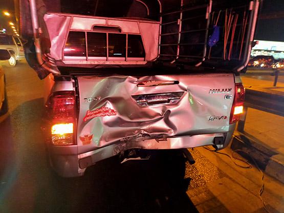 จยย.ชนท้ายรถกระบะจอดติดไฟแดง เสียชีวิตคาที่ 1เจ็บ 2