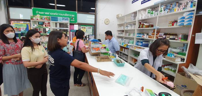 ร้านยาขององค์การเภสัชกรรม ประจำกระทรวงสาธารณสุข ซึ่งมีประชาชนมาเข้าแถวรอซื้อหน้ากากอนามัยเป็นจำนวนมาก