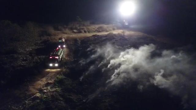ไม่รู้ถูกเผาหรือไฟลุกเอง..เพลิงไหม้บ่อขยะเก่าป่าแม่เมาะ ผู้ว่าฯหมูป่าระดมรถน้ำดับ 3 ชม.