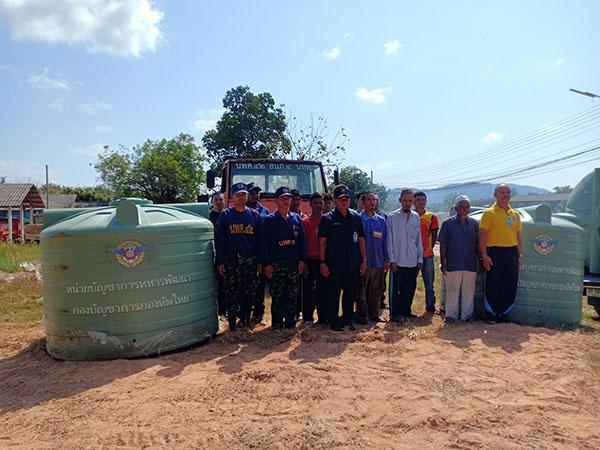 ทหาร นพค.42 มอบถังน้ำช่วยชาวบ้านใน อ.ยะหา จ.ยะลา บรรเทาปัญหาภัยแล้ง