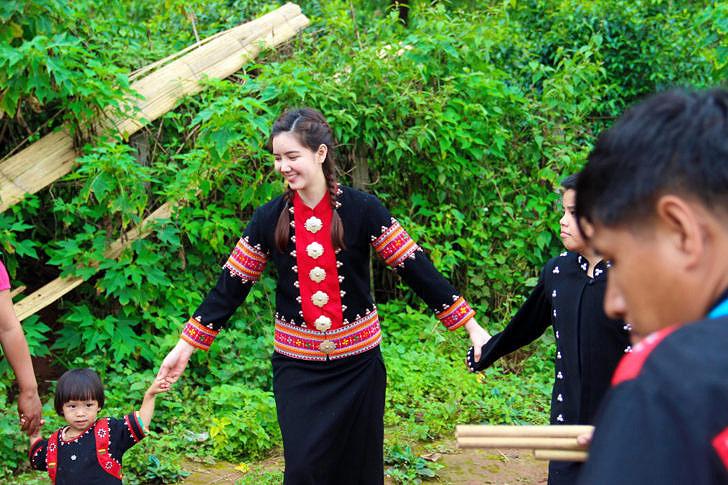 ชุมชนปู่หมื่นโดดเด่นไปด้วยวิถีชาวลาหู่อันเป็นเอกลักษณ์ (ภาพ villagetourism.tourismthailand)