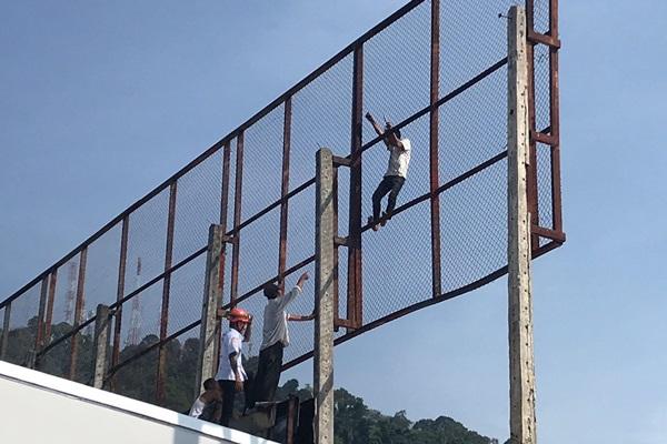 หนุ่มพม่าเครียดจัดถูกเมียทิ้ง ถือขวานปีนขึ้นไปบนป้ายโฆษณา เพื่อนช่วยเกลี้ยกล่อม สุดท้ายยอมลง