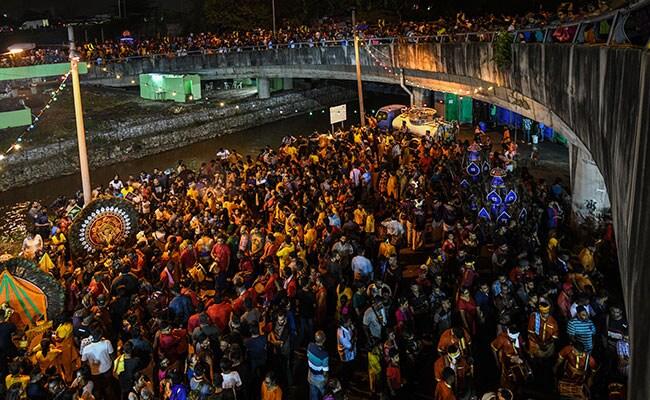 """ชาวฮินดูในมาเลย์ไม่หวั่นไวรัส แห่ร่วม """"เทศกาลไทปูซัม"""" เนืองแน่น"""