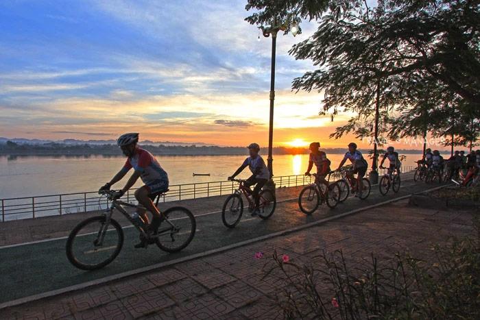 ล่องเรือ&ปั่นจักรยานบอกรัก วิวหลักล้านสองฝั่งโขง จังหวัดนครพนม