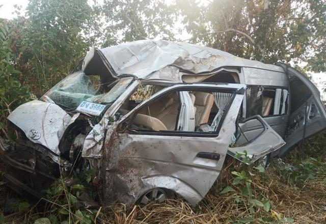 รถตู้ซิ่งส่ง นศ.วิทยาลัยดัง เสียหลักแหกโค้ง ตกถนนพังยับ ดับ 1 เจ็บ 11 รวมคนขับ