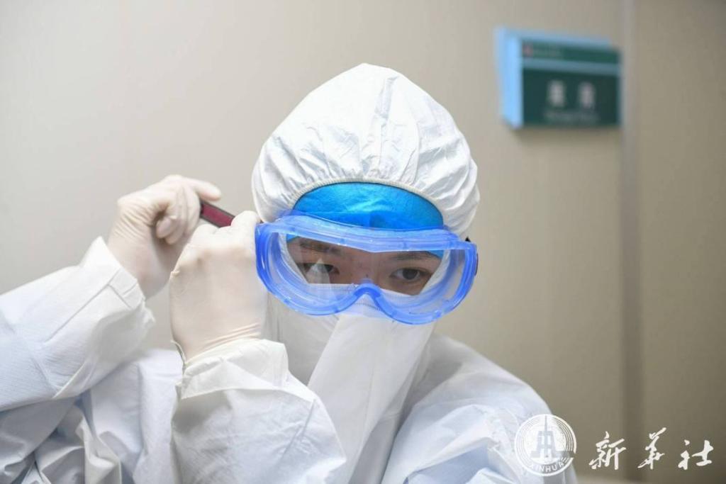 ส่องชีวิตบุรุษพยาบาลอาสาหน้าใสวัย 22 ในอู่ฮั่น สู้ศึกไวรัสโคโรนา