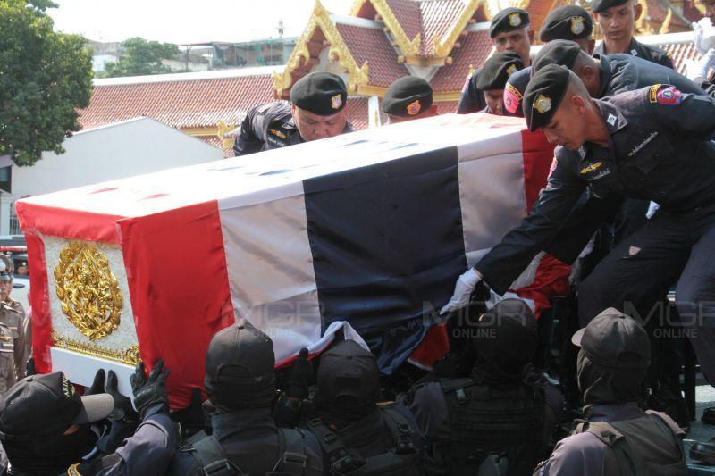 ร่าง 2 วีรบุรุษ อรินทราช 26 เหตุกราดยิงโคราช ถึงวัดตรีทศเทพ ทำพิธีพระราชทานน้ำหลวงอาบศพ 17.00 น.