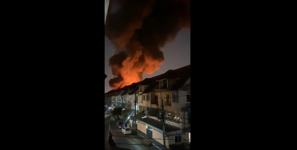 ไฟไหม้บ้านประชาชน ซ.ลาดพร้าว 80 จนท.เร่งคุมเพลิง