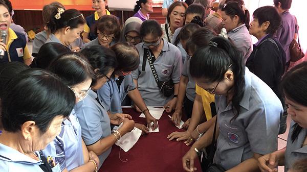 กาชาดเพชรร่วมใจต้านภัยไวรัสโคโรนา สอนจัดทำหน้ากากอนามัย และเจลล้างมือ