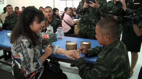 พลทหารวีรภัทร พงษ์แสน อายุ 21 ปี มอบแหวนทองขอคนรักแต่งงาน ในวันพบญาติ