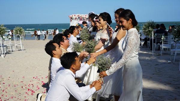 30 คู่รัก จูงมือ ร่วมกิจกรรม จดทะเบียนสมรส ขี่ม้ามาหารัก ริมหาดหัวหิน
